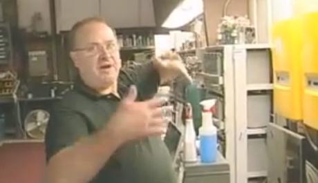 michael mostrando os equipamentos