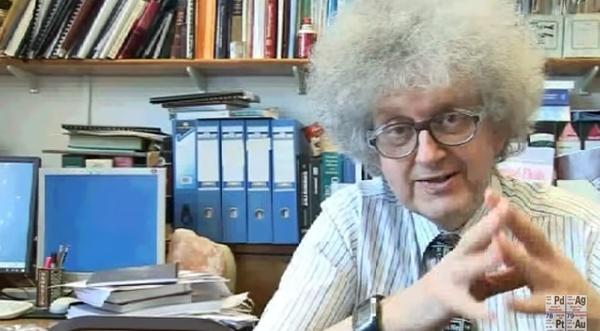 professor em seu escritório