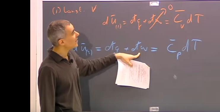 professor aponta para equação no quadro negro