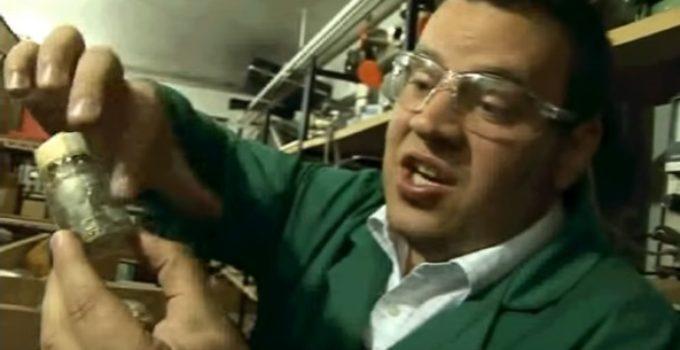 Cientista mostra amostra de antimônio