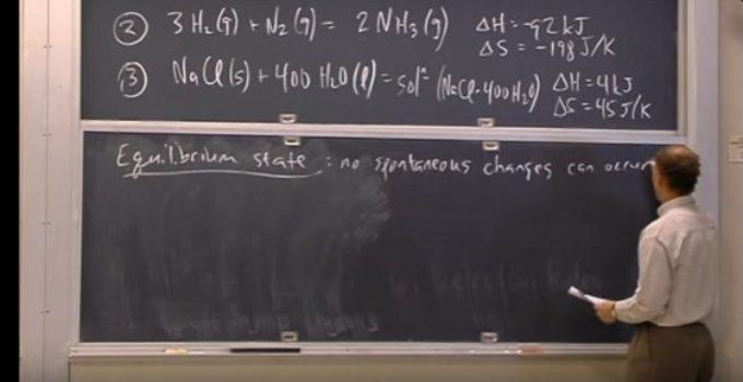 professor escreve equações no quadro