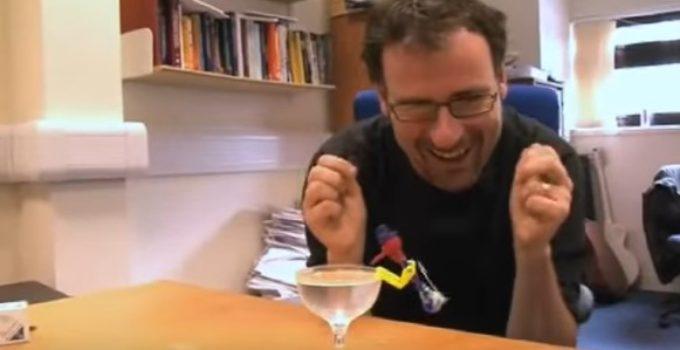 Philip Moriarty mostra brinquedo
