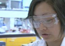 pesquisadora mostra a química em um bolo