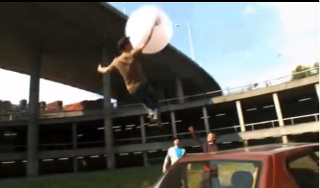 pessoa subindo com balão de goma