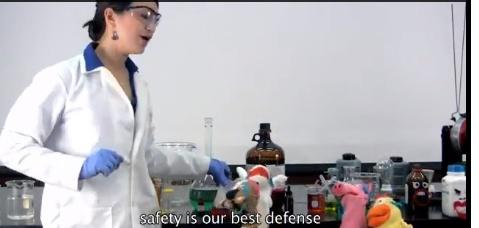 cientista interagindo com bonecos no laboratório
