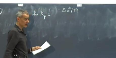 professor explicando no quadro negro