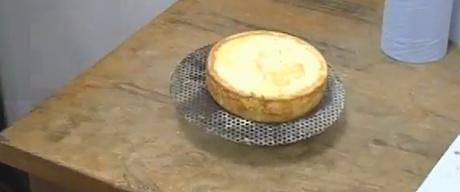 bolo redondo sobre uma bancada