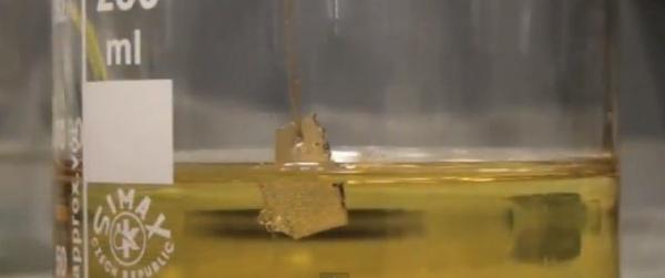 ouro suspenso dentro de ácido