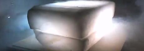 bloco de gelo seco brilhando