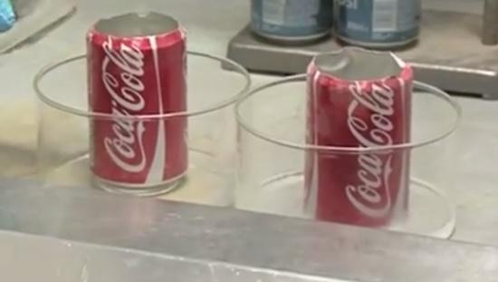 latas em frascos de vidro dentro da capela