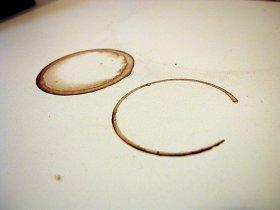 duas manchas de café em uma superficie
