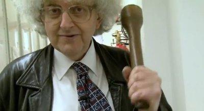 Martyn Poliakoo segurando um amassador de batatas