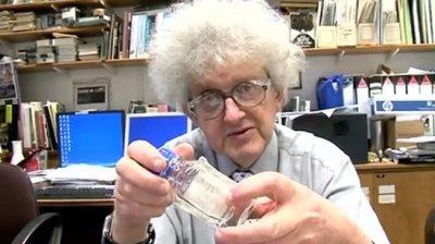 Professor segura frasco com silicone