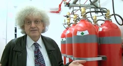 professor martyn ao lado de cilíndros vermelhos