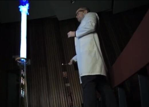 chama percorrendo tubo de vidro