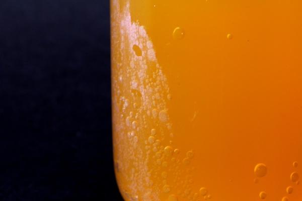refrigerante sabor laranja em bequer com destaque para as bolhas