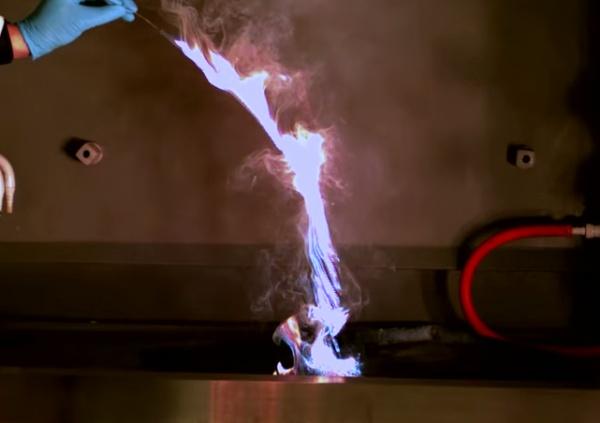 chama azul em líquido queimando
