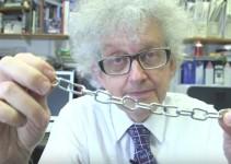 Professor segurando uma corrente metálica