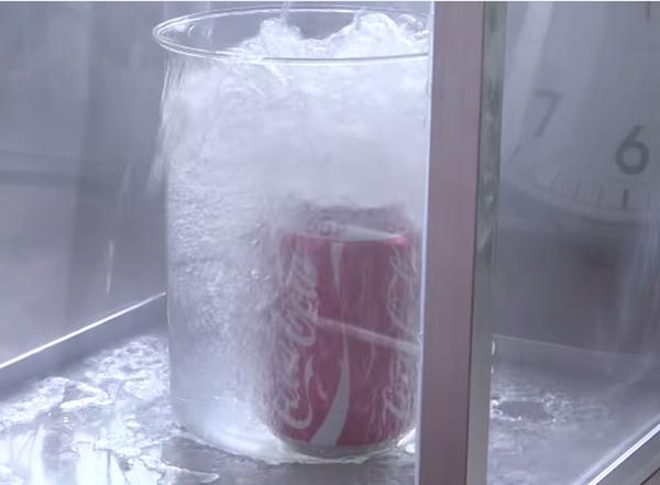 coca cola em nitrogênio líquido