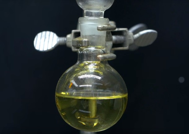 líquido amarelo em balão de vidro