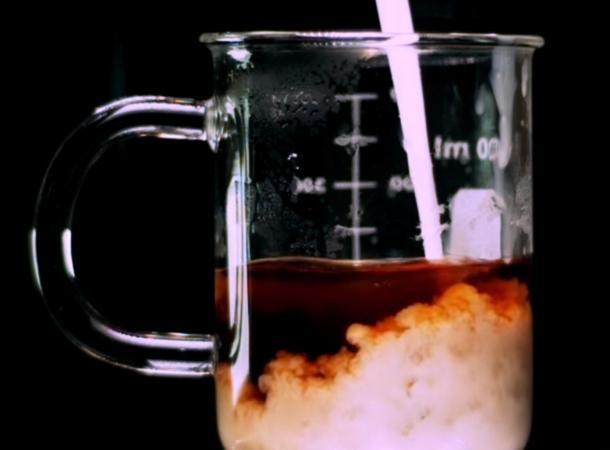 leite derramando em copo com café