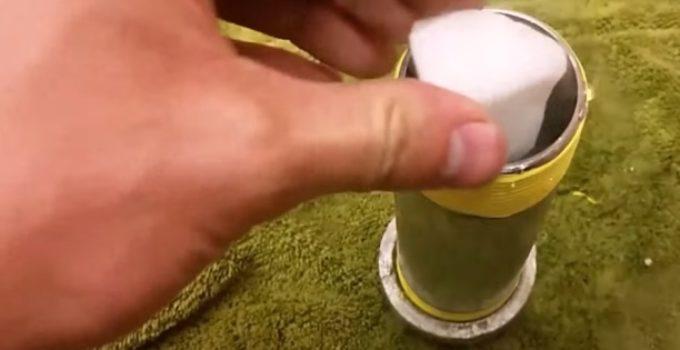 pedaço de gelo seco em tubo de metal