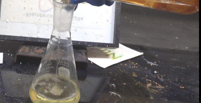 derramando líquido em erlenmeyer