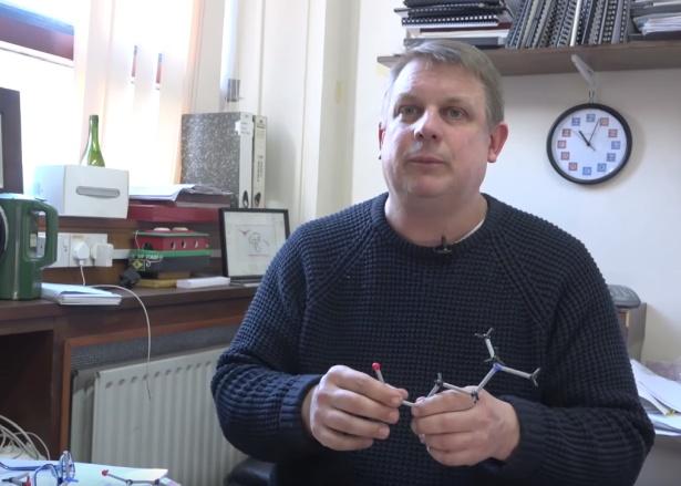 professor segurando estrutura química