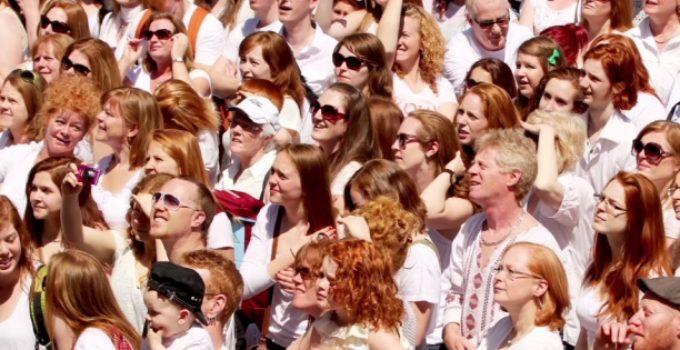 multidão de pessoas ruivas