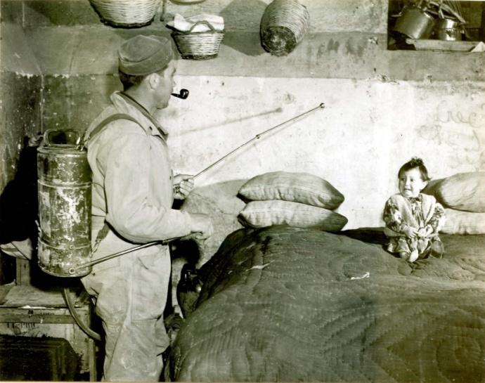 soldado dedetizando com ddt